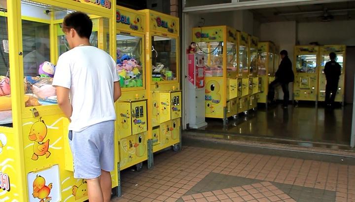 近年國內夾娃娃店越來越多,還出現娃娃機連鎖店及24小時無人店面。記者卜敏正/攝影