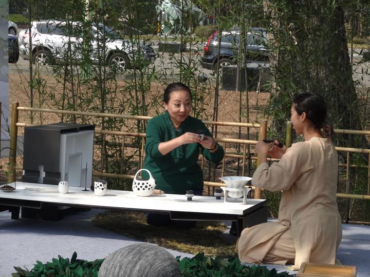 嘉義縣2017世界搏茶會宣傳表演女舞蹈家(左)與縣長張花冠(右)合演茶道品茗。記者魯永明/攝影