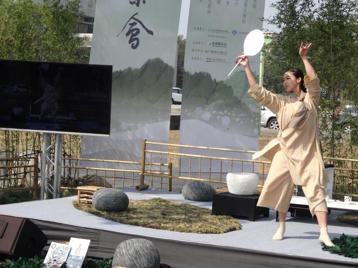 嘉義縣2017世界搏茶會宣傳活動女舞蹈家表演茶舞暖場。記者魯永明/攝影