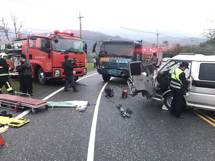 一輛運鈔車與一輛砂石車對撞,造成運鈔車車頭毀損。圖/花蓮縣消防局提供