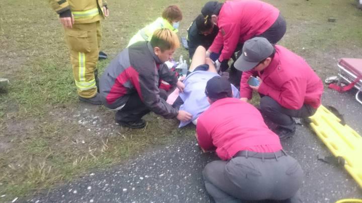 運鈔保全員腿部受傷,消防員緊急救護送醫。圖/花蓮縣消防局提供