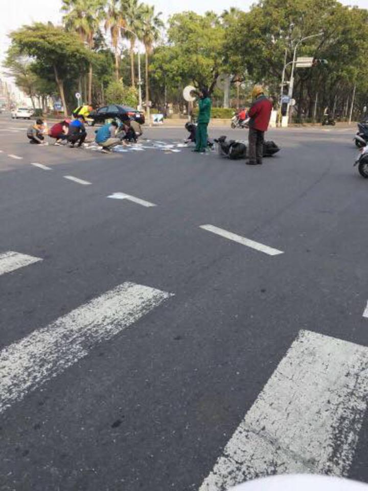 林姓男郵差今天上午騎經興業西路、南京路口追撞前車,民眾熱心幫忙撿拾掉落地上的信件。圖/翻攝自粉絲團綠豆嘉義人