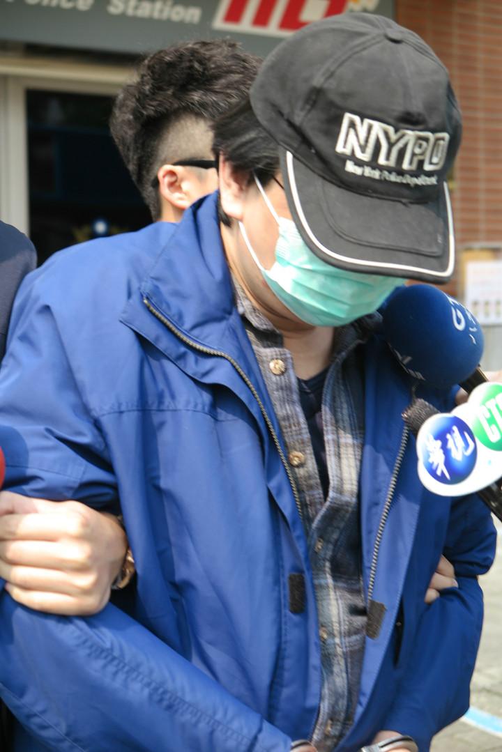 林男持電擊棒搶計程車。記者林孟潔/攝影