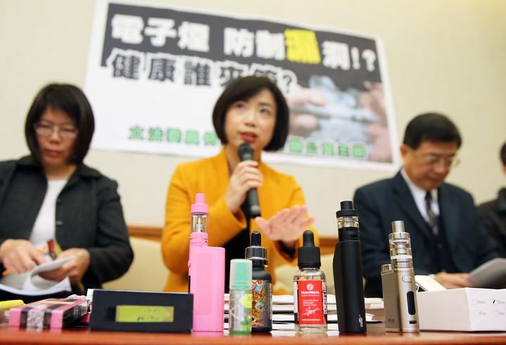 立委上午舉行記者會要求衛福部完善規劃、研擬措施,解決電子菸的亂象,勿讓民眾暴露在未知的風險中。記者陳正興/攝影