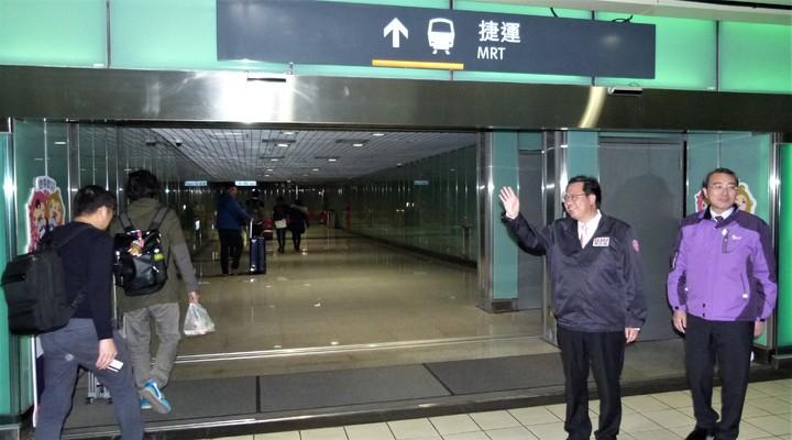 鄭文燦在高鐵往機捷入口向乘客致意並請大家支持多利用捷運。記者鄭國樑/攝影