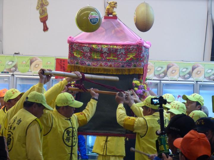白沙屯媽祖今天清晨6時,從彰化市中山路巨翎水果行起駕。記者劉明岩/攝影