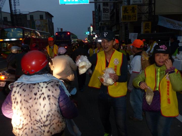 白沙屯媽祖今天清晨6時,從彰化市中山路巨翎水果行起駕,沿途均有熱心民眾提供早餐,供信眾食用。記者劉明岩/攝影