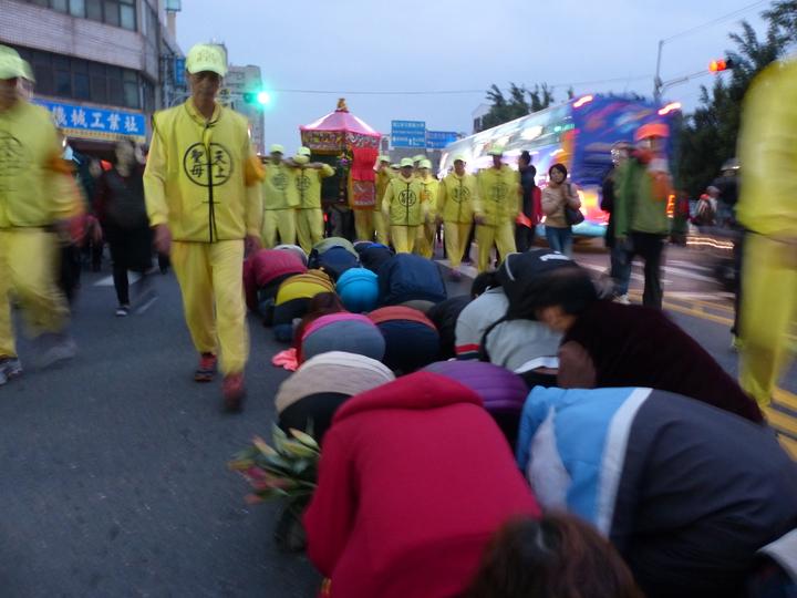 白沙屯媽祖今天清晨6時,從彰化市中山路巨翎水果行起駕,沿途湧來鑽轎下的信眾,祈求獲得媽祖庇佑。記者劉明岩/攝影