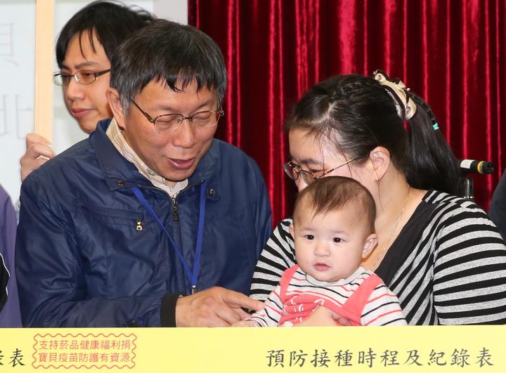 台北市長柯文哲(左)上午出席臺北市輪狀病毒疫苗補助記者會,與出席記者會的小朋友互動宣導。記者徐兆玄/攝影