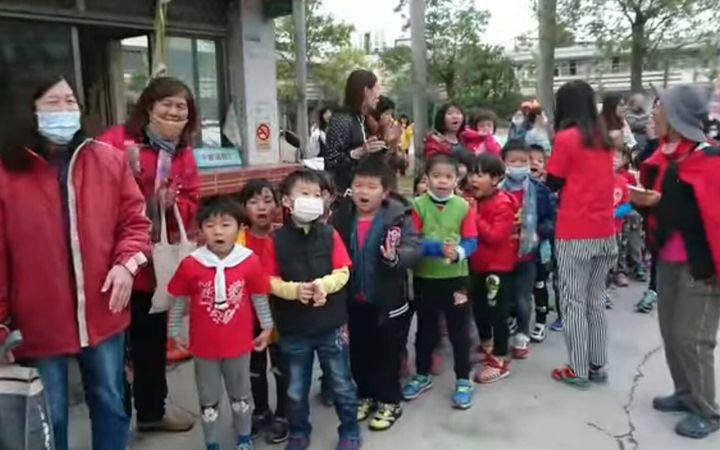 台中市追分國小師生在校門口,大喊「媽祖婆、我愛你!」熱情歡迎白沙屯媽祖。畫面/翻攝自白沙屯媽祖網路電視台