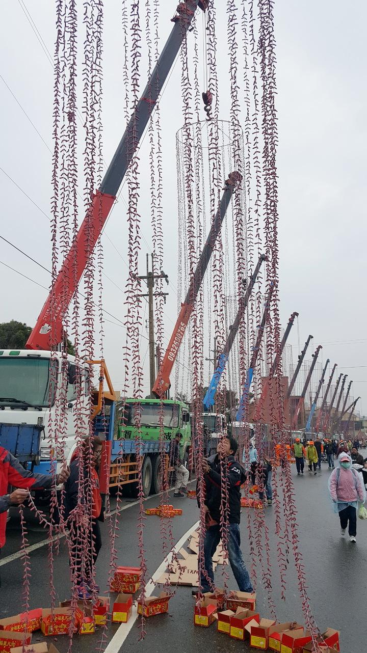 白沙屯媽祖往北港進香回鑾,吊卡車業者上午在通霄五南社區活動中心前以18輛高聳的「吊車炮」相迎,場面壯觀。記者胡蓬生/攝影