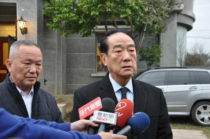 親民黨主席宋楚瑜今天傍晚抵達,談及李元簇辭世一度泛淚不捨。記者張裕珍/攝影