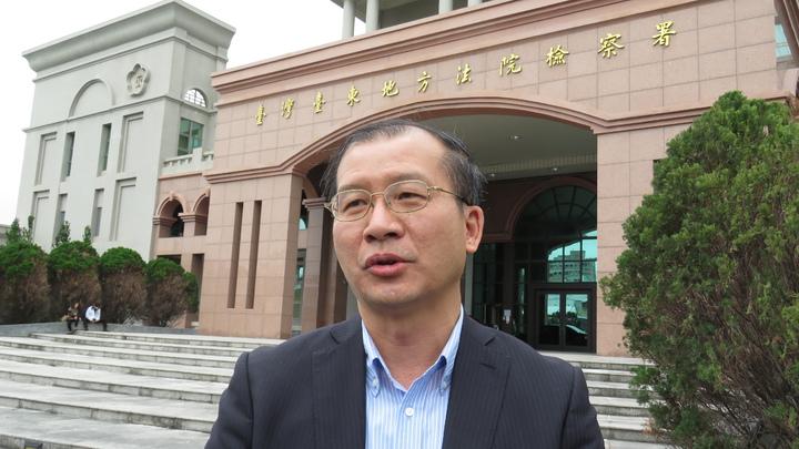 台東縣環保局長謝清泉今天上午赴台東地檢署說明綠島油汙案。記者潘俊偉/攝影