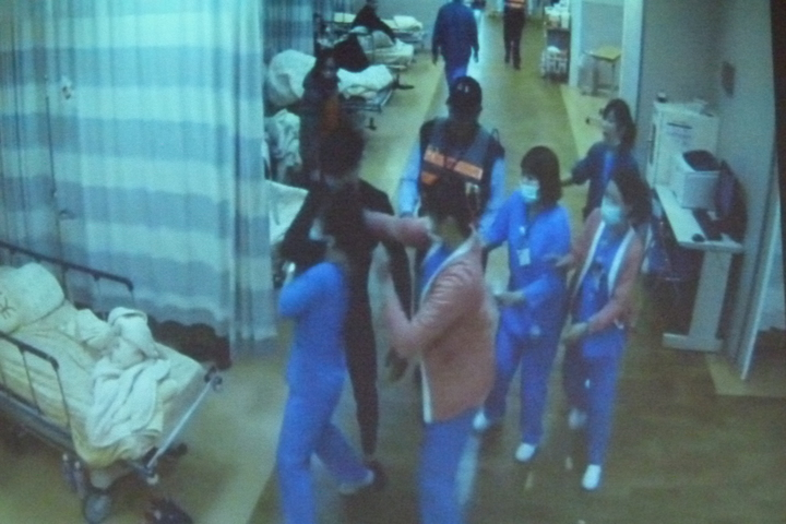 林男不聽制止突然伸手鎖住一名護理師脖子。記者鄭國樑/翻攝