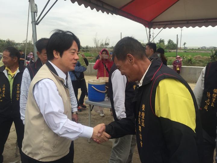 台南市長賴清德(左)與後壁鄉區里長握手。記者吳政修/攝影