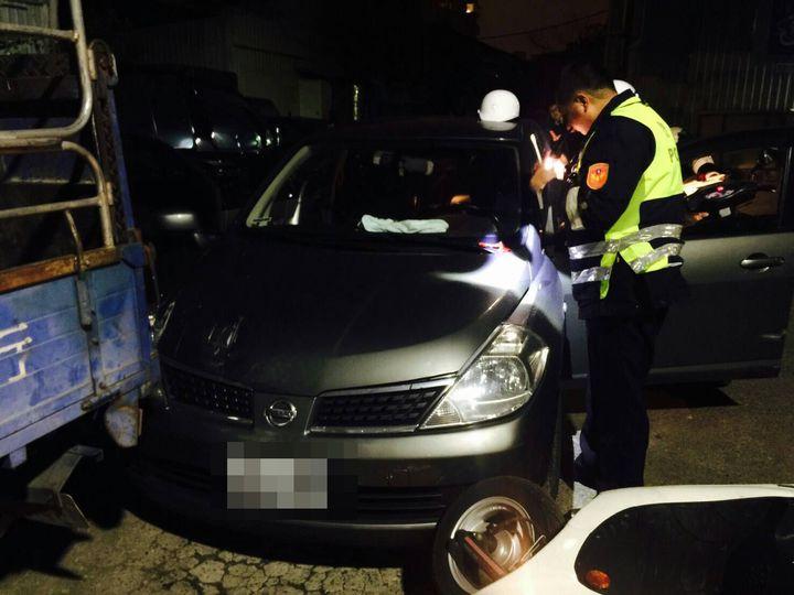許姓男子開車衝撞警察之後仍被逮捕,車上查獲15包毒品和20萬元現金。 記者林昭彰/翻攝