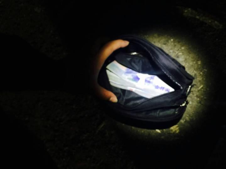 許姓嫌犯的車上被搜出20萬元現金疑為毒品交易所得。 記者林昭彰/翻攝