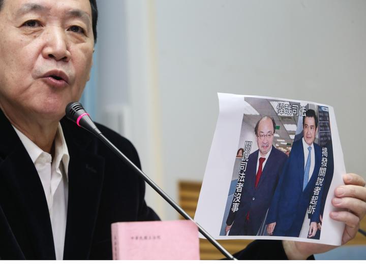 台北地檢署起訴馬英九洩密罪,國民黨立法院黨團上午舉行記者會質疑,司法單位先射箭再畫靶,入人於罪。記者陳正興/攝影
