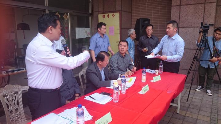 立委王定宇找軍方面對二空住戶解決延宕10多年拆遷補償問題。記者周宗禎/攝影