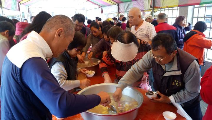 嘉義縣養雞協會舉辦雞肉特賣試吃,民眾大排長龍。記者卜敏正/攝影