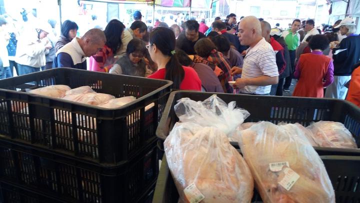 雞肉特賣會埸,民眾大排長龍搶購土雞。記者卜敏正/攝影