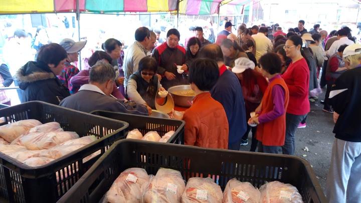 嘉義縣養雞協會舉辦雞肉特賣會,民眾大排長龍搶購。記者卜敏正/攝影