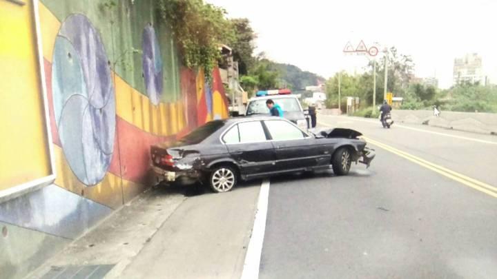 林男擔心被抓,急忙棄車翻越圍牆,並跳下鐵路平交道逃逸。記者陳雕文/翻攝