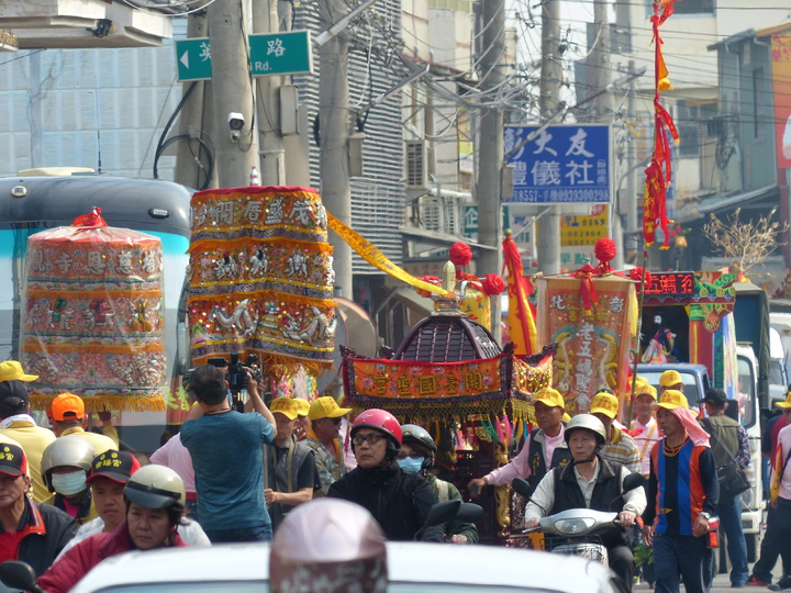 彰化南瑤宮媽祖進香回鑾,前往接駕的各宮廟陣頭隊伍,綿延數公里。記者劉明岩/攝影