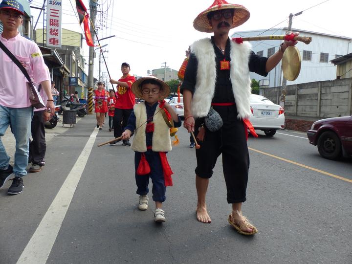彰化南瑤宮媽祖進香回鑾,這對老少報馬仔最引人側目。記者劉明岩/攝影