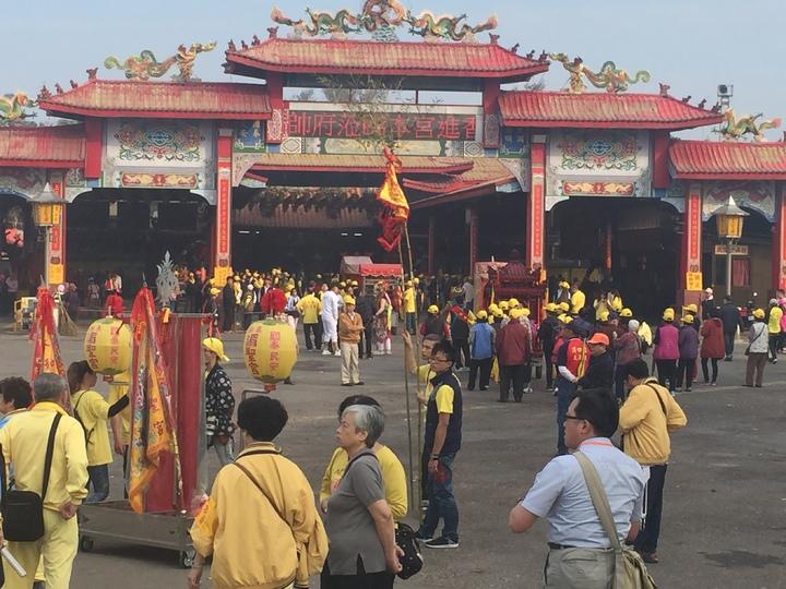 廟前廣場可見大批等候入廟參拜的陣頭與進香團。記者黃煌權/攝影