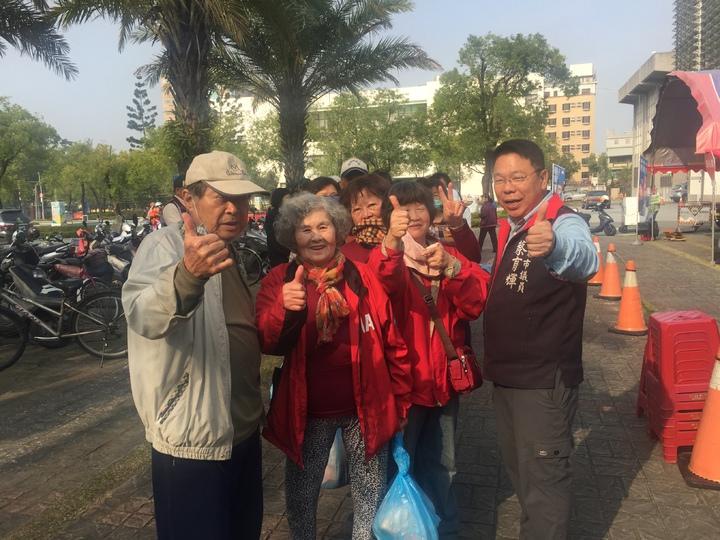 台南市議員蔡育輝與民眾比讚。記者吳政修/攝影