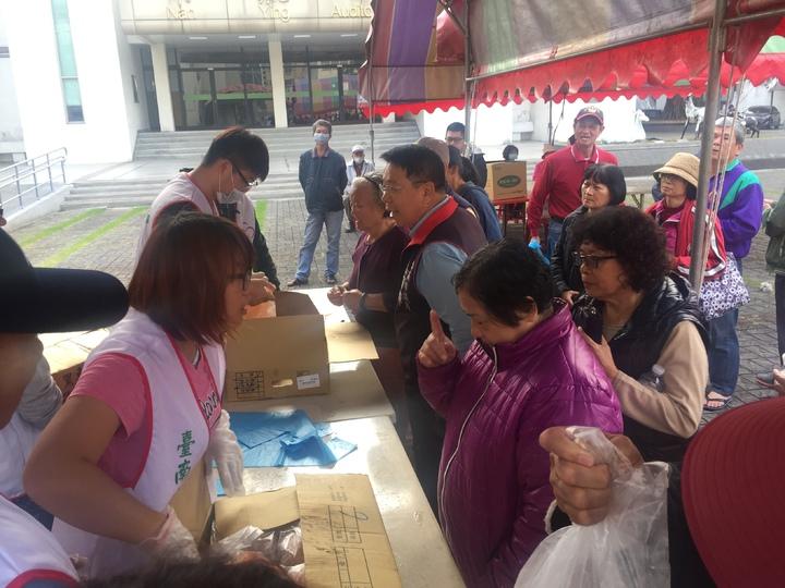 台南市養雞協會今天上午在新營民治市政中心前廣場,舉辦土雞促銷。記者吳政修/攝影