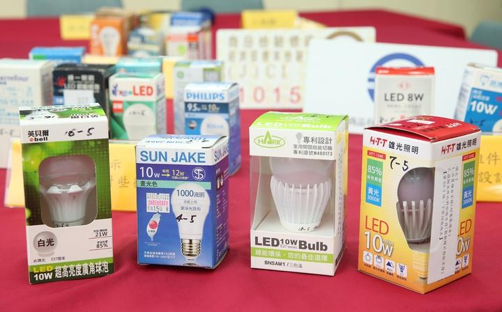 消基會與經濟部標準檢驗局合作,針對市售21款LED燈泡進行隨機檢測。發現其中部分產品在使用上具有可能觸電的危險。記者陳立凱/攝影