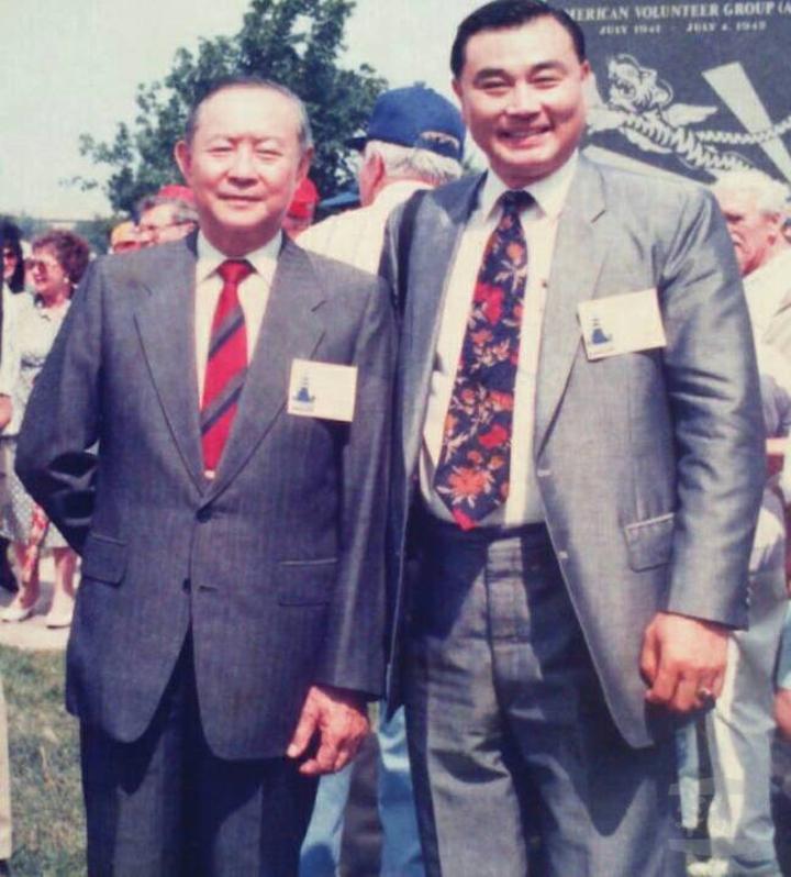 近30年前,馮世寬(右)擔任駐美武官,與參謀總長陳燊齡合影。軍聞社資料照