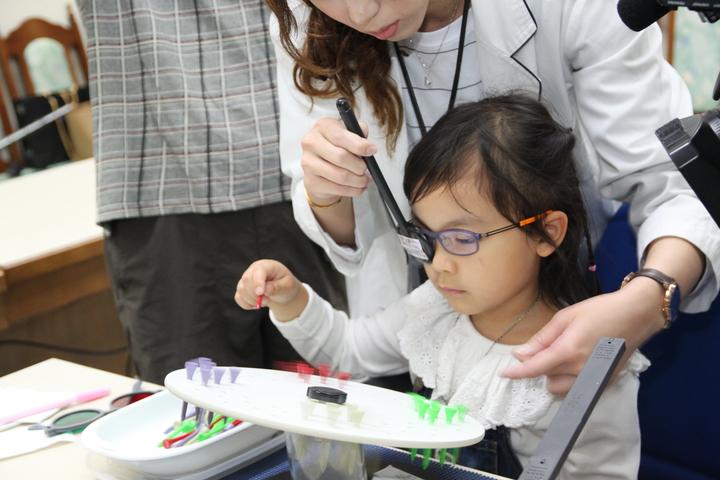 幼兒只要及早接受新視覺訓練,就可以有效恢復視力。記者黃寅/攝影
