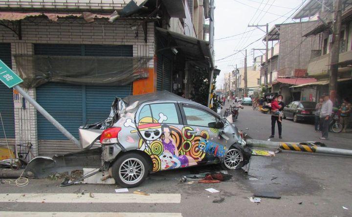 23歲李姓男子酒後開車,行經旗山區旗尾路段衝撞路燈桿與號誌桿,導致另一名騎機車的婦人倒地受傷。記者徐白櫻/翻攝