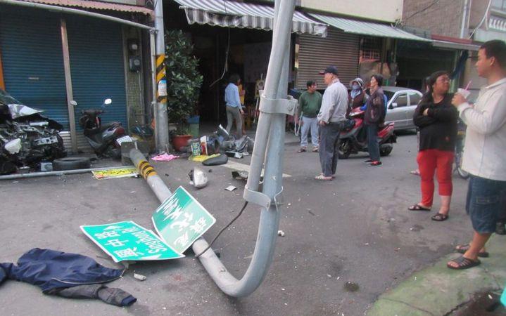 李姓男子涉嫌酒駕,接連撞倒號誌桿與燈桿,所幸遭波及的機車女騎士僅受到輕傷。記者徐白櫻/翻攝