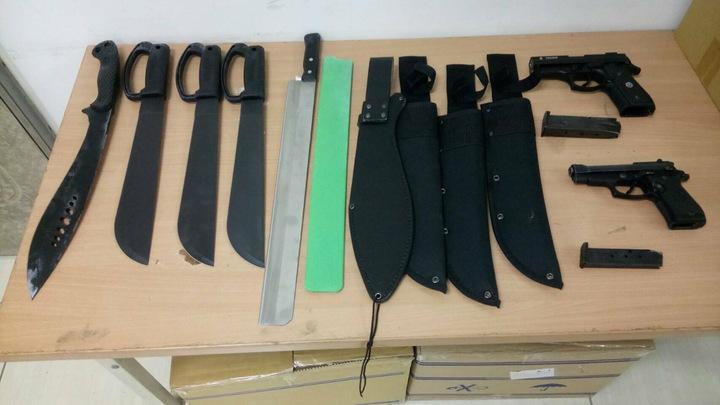 嘉義縣朴子警分局的幹員昨天在蔡姓男子的車內取出開山刀、水果刀。圖/嘉義縣警局朴子警分局提供