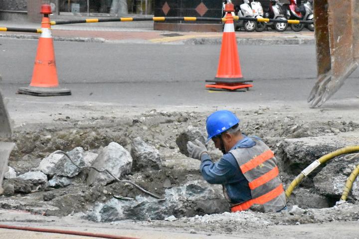 工程工人小心謹慎搬開碎石塊,確認可能繼續下挖。記者蕭雅娟/攝影