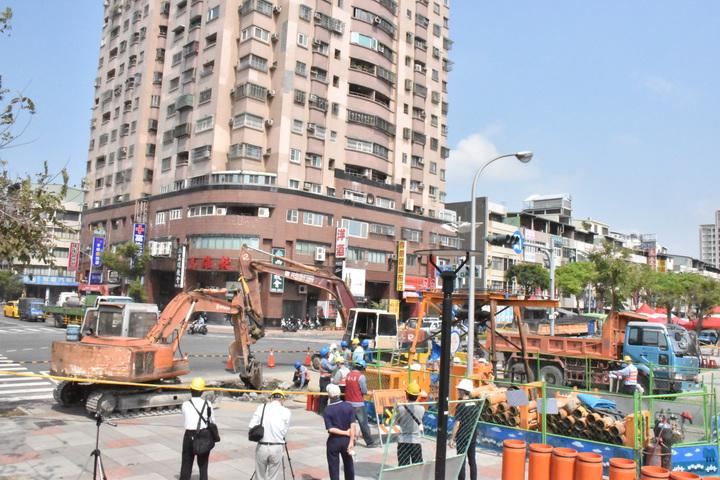 高雄三民區澄清覺民路口17日發生爆燃意外,現場開挖調查事發原因。記者蕭雅娟/攝影