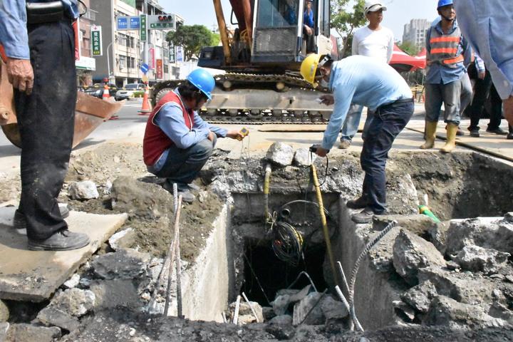 工程人員持氣體偵測器測量甲烷濃度。記者蕭雅娟/攝影