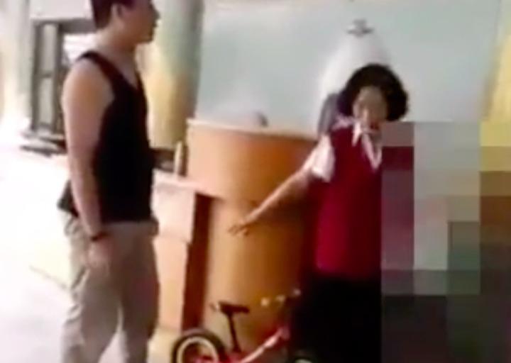 一名年輕爸爸不想把小孩腳踏車停在腳踏車停放區,和高美館人員爭論不休,網友說,錯誤身教。記者蕭雅娟/翻攝