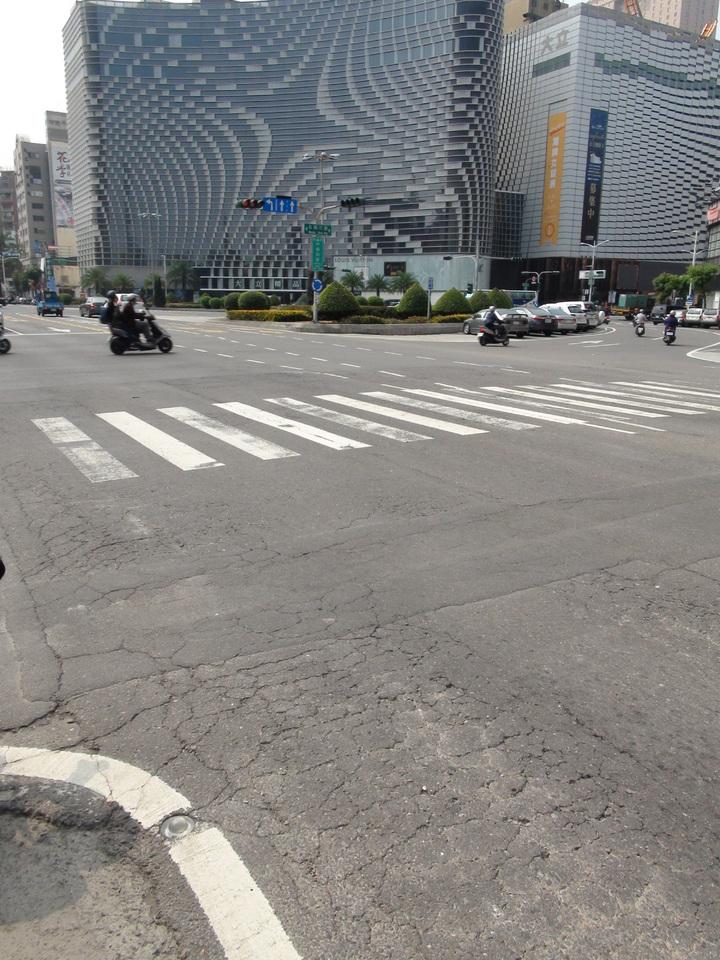 高雄市中華路道路不平,市府工務局要全部翻修。記者謝梅芬/攝影