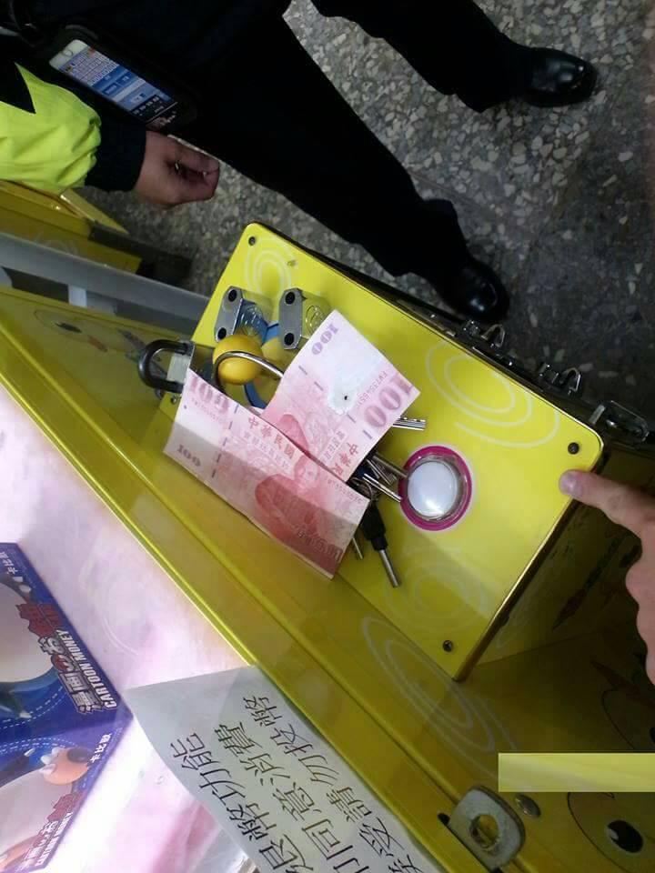 陳姓男子將百元真鈔以美工刀分割成兩張背面黏貼玩具鈔製成假鈔,到夾娃娃店投入兌幣機兌換零錢被警方查獲。圖/警方提供