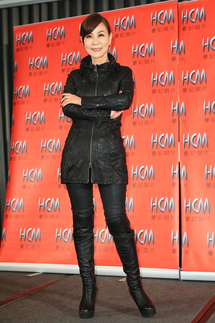 龍千玉下午舉行新專輯「你不孤單」發片記者會,龍千玉以低馬尾髮型、搭配黑衣皮褲造型出席。記者林伯東/攝影