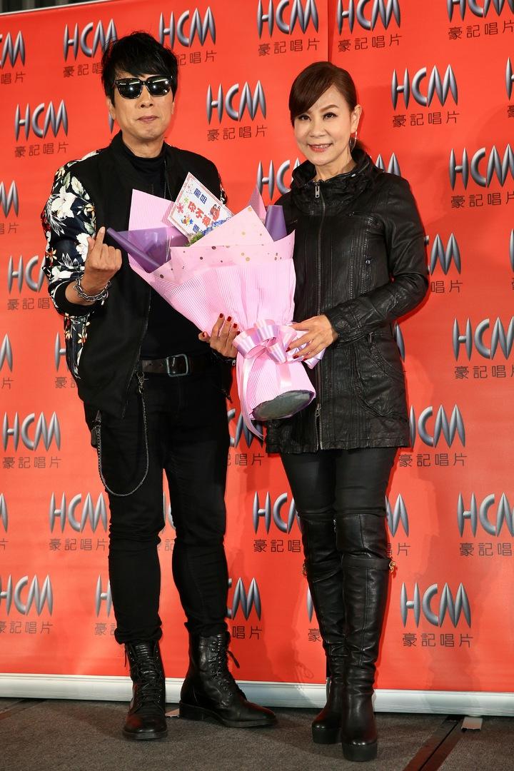 龍千玉(右)下午舉行新專輯「你不孤單」發片記者會,曹西平(左)現身獻花。記者林伯東/攝影