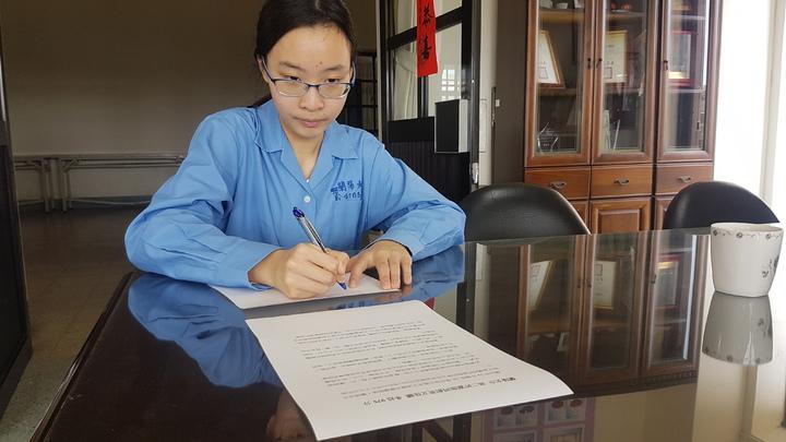 蘭陽女中學生許嘉珈直接看文章就能翻譯成英語。記者吳佩旻/攝影