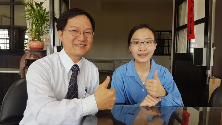 蘭陽女中學生許嘉珈(左)多益檢定考出975高分,校長曾璧光(左)勉勵加油打破學校紀錄。記者吳佩旻/攝影