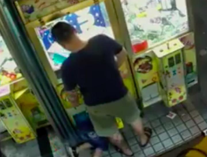 高雄市一名父親玩夾娃娃機後,父親叫小孩從洞口進去拿,有民眾將影片PO上網,引起熱烈討論,翻攝自/爆料公社