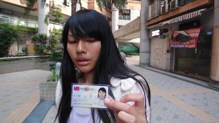 張姓女領隊今天出示身分證,證明自己是女兒身。記者陳宏睿/攝影